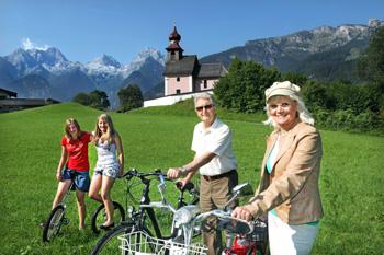 Genussradeln im Salzburger Saalachtal : Hier beim Auer Kirchlein inAu bei Lofer. Im Hintergrund die Loferer Steinberge